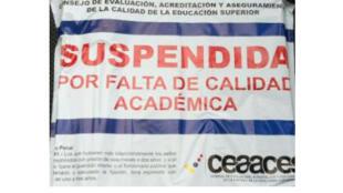 """Ecuador:  en los accesos a las 14 universidades que reprobaron una evaluación sobre calidad académica, fueron puestos sellos de papel con la inscripción  """"suspendida por falta de calidad académica""""."""