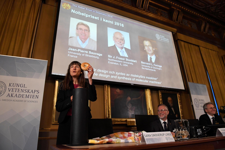 瑞典皇家科學院放映人像屏幕宣布2016年諾貝爾化學獎獲獎人:法國讓-比耶•索瓦吉、英國詹姆斯•斯托達特及荷蘭貝爾納•費林加  2016年10月5日 斯德哥爾摩