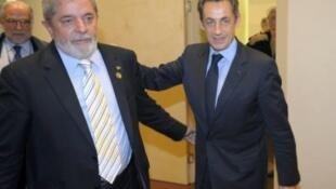 O presidente francês, Nicolas Sarkozy (à direita), sai otimista de encontro com o presidente Lula sobre o projeto de venda dos caças Rafale.