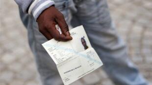 Un Somalien présente sa demande officielle d'asile.