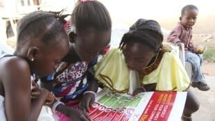 Дети читают брошюры о лихорадке Эбола, которые распространила UNISEF, Либерия