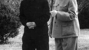1958年毛泽东与彭真一同散步