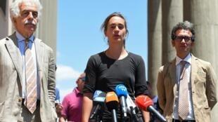 La capitaine allemande Carola Rackete s'adresse aux médias, aux côtés de son avocat, Alessandro Gamberini, et de l'avocat de Sea-Watch, Leonardo Marino, après son audition à Agrigente, le 18 juillet 2019.