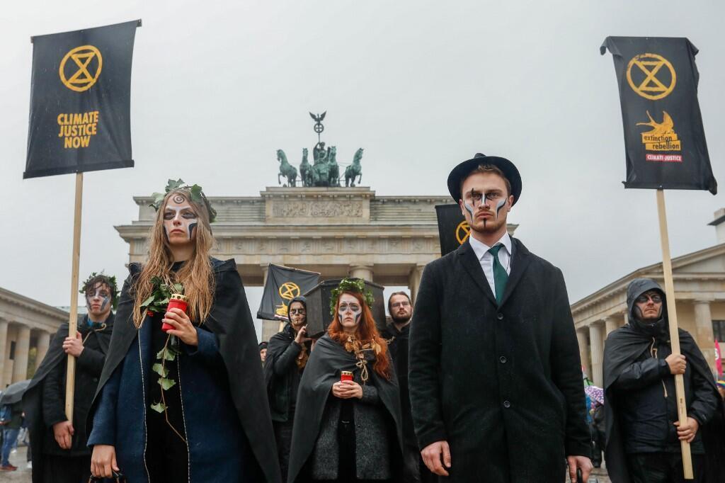 Des militants de XR lors de la marche funèbre devant la porte de Brandebourg à Berlin, le 8 octobre 2019.