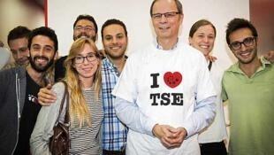 """""""Yo amo la TSE"""", reza la camiseta de Jean Tirole, premio Nobel y director de la escuela."""
