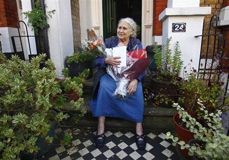 Doris Lessing, devant chez elle, à Londres
