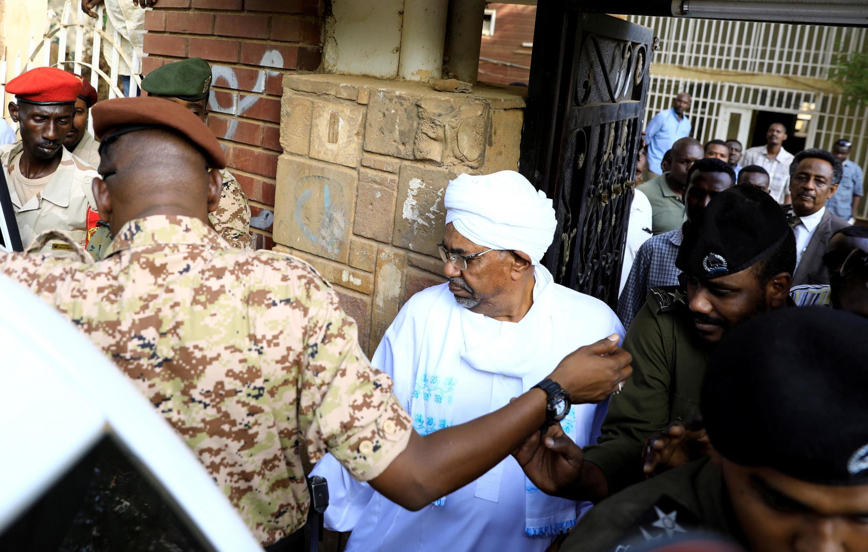 Бывший президент Судана Омар аль-Башир на выходе из прокуратуры. Хартум. 16.06.2019
