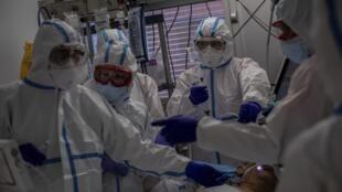 Paciente da Covid-19 recebe atendimento no hospital de Leganes, na periferia de Madri.