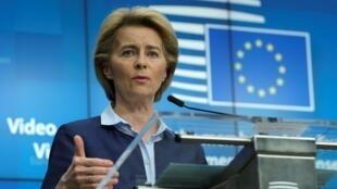 Ursula von der Leyen habla durante una rueda de prensa ofrecida tras una cumbre europea por videoconferencia sobre la crisis del coronavirus, el 23 de abril de 2020 en Bruselas