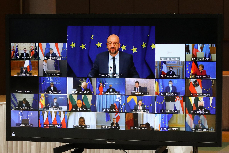 Chủ tịch Hội Đồng Châu Âu Charles Michel (G) chủ trì cuộc họp trực tuyến thượng đỉnh Liên Hiệp Châu Âu. Màn hình tại trụ sở Hội Đồng Châu Âu, Bruxelles, Bỉ, ngày 25/03/2021.