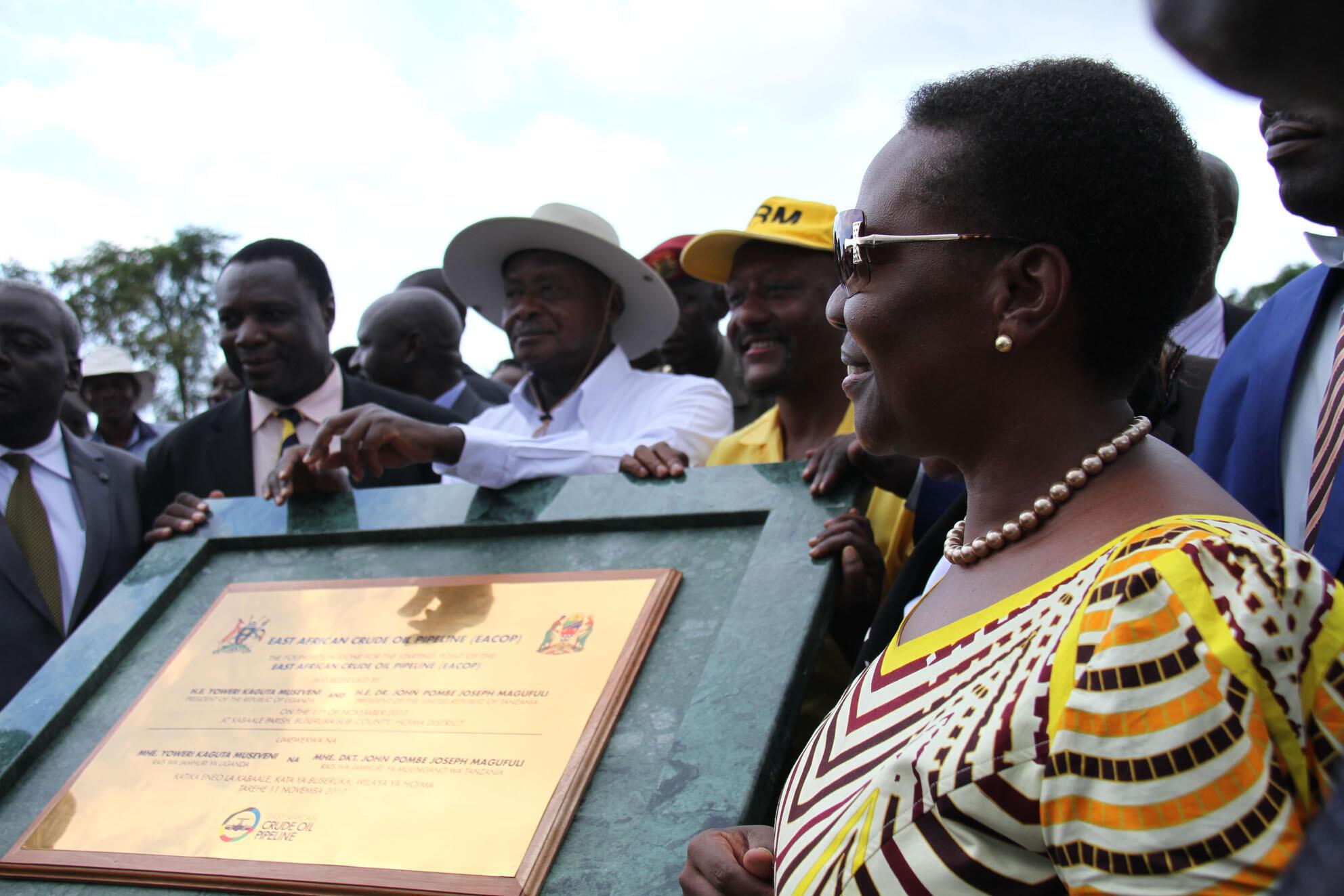 Rais Museveni n Irene Muloni, Waziri wa Nishati na Madini, wakati wa kuweka jiwe la msingi la kuanza kwa ujenzi wa bomba la kusafirisha mafuta ghafi kutoka Hoima mpaka bandari ya Tanga.Hoima-Tanga, le 11 novembre 2017.