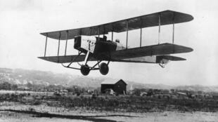 Les essais d'un avion anglais en 1915.