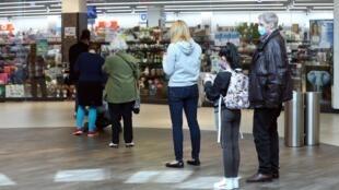 Les premiers clients depuis l'ouverture de certains magasins en Allemagne, le 20 avril 2020.
