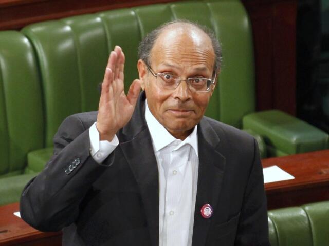 Moncef Marzouki, le nouveau président  tunisien, salue les médias lors de son vote à l'Assemblée constituante ce lundi 12 décembre 2011, jour de son élection, à Tunis.