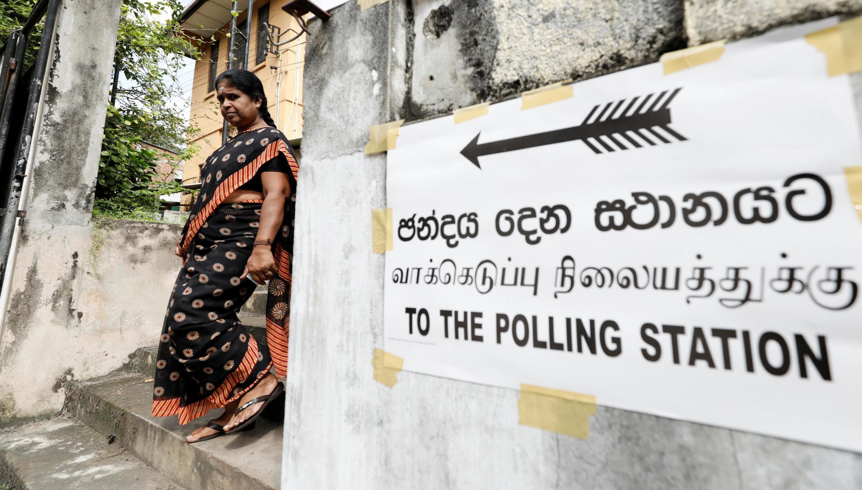 A la sortie d'un bureau de vote à Colombo, au Sri Lanka, le 16 novembre 2019.