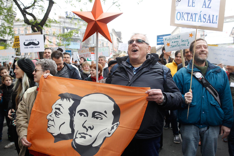 """Cuộc tuần hành phản đối chính phủ được đảng """"Chó hai đuôi"""" tổ chức tại Budapest, Hungary, ngày 22/04/2017."""