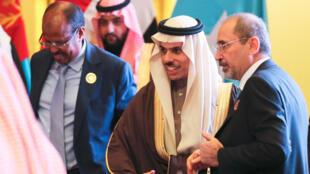 فیصل بن فرحان وزیر امور خارجۀ عربستان و همتای اردنی وی در ریاض.