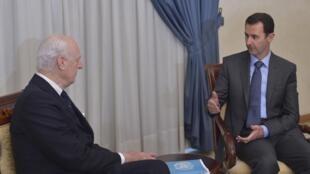 Đặc sứ Liên Hiệp Quốc phụ trách Syria Staffan de Mistura (T) trong một cuộc tiếp xúc với Tổng thống Syria Bachar al-Assad tại Damas.