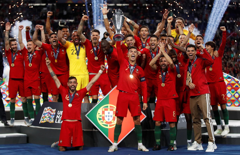 Le capitaine du Portugal soulève avec ses coéquipiers le trophée de la Ligue des nations 2019, remporté face aux Pays-Bas.