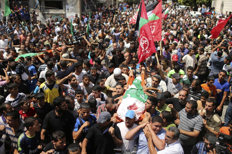 Hàng nghìn người Gaza đưa tang vợ và con thủ lĩnh quân sự của Hamas, ông Mohammed Deïf, 20/08/2014.