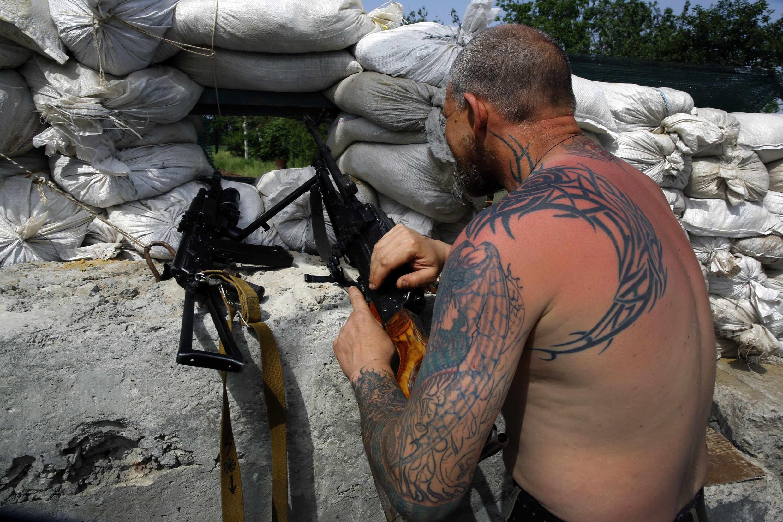 Militante pró-Rússia em posto de controle nas proximidades de Donetsk, no leste da Ucrânia.