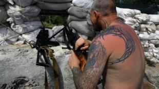 乌克兰东部一名亲俄武装人员镇守观察据点