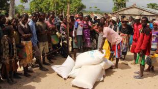 Distribution de sacs de riz au village de Berano.