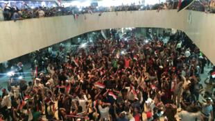 Miles de manifestantes entraron este sábado en la fortificada Zona Verde de Bagdad y algunos de ellos irrumpieron en el Parlamento iraquí, el 30 de abril de 2016.