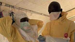 Медики готовятся к лечению зараженных вирусом Эбола, Гвинея, март 2014 г.