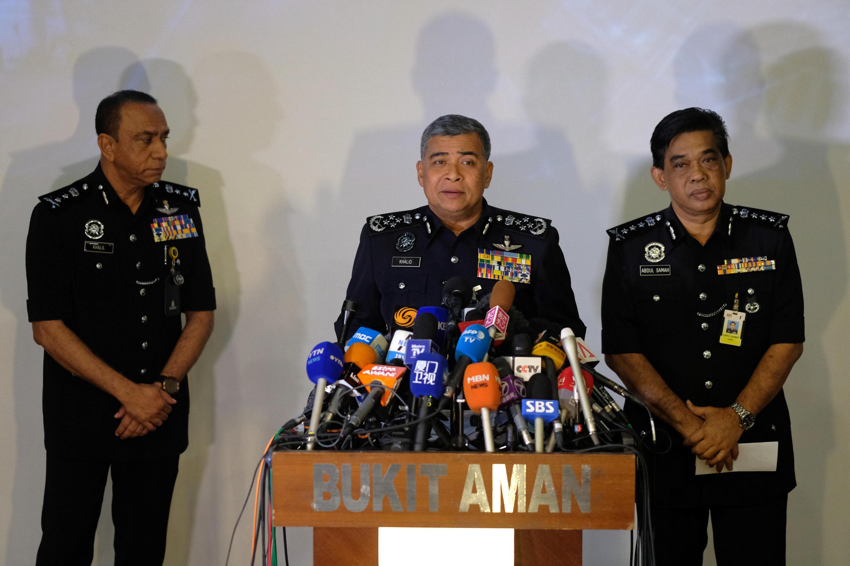 رئیس پلیس مالزی، خالد ابوبکر، روز سه شنبه ٧ مارس/ ١٧ اسفند، در یک کنفرانس مطبوعاتی اعلام کرد که یک دیپلمات کرۀ شمالی که در سفارت این کشور در کوالالامپور پنهان شده، در قتل برادر ناتنی رئیس جمهوری کرۀ شمالی دست داشته است