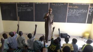 Un enseignant sénégalais face à ses élèves dans une école de Tivaouane près de Dakar.