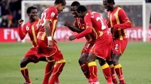 Sulley Muntari akiongoza sherehe za wachezaji wenzake baada ya kufunga bao