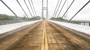 A ponte binacional sobre o rio Oiapoque está pronta desde 2011, mas o Brasil não concluiu as obras da alfândega.