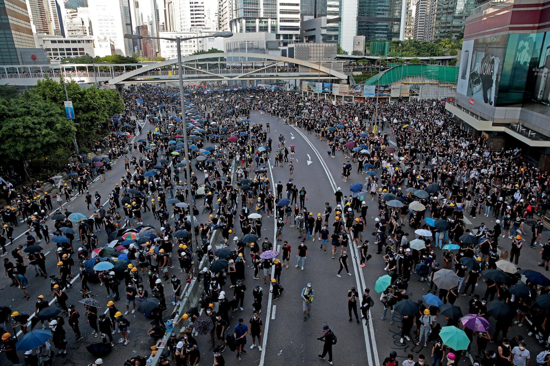 Manifestantes bloqueiam a Hardcourt Road, nesta segunda-feira, 5 de agosto de 2019.