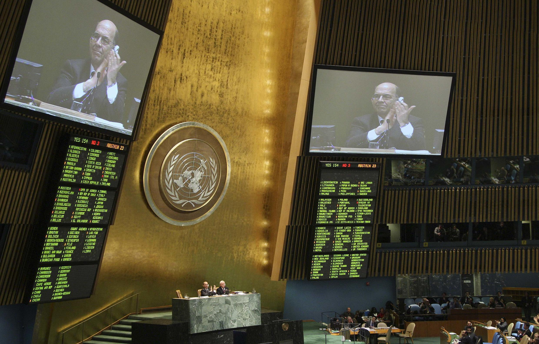 Les délégués de l'Assemblée nationale de l'ONU applaudissent l'adoption du premier traité sur le commerce des armes conventionnelles. New York, le 2 avril 2013.