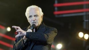 Charles Aznavour sur scène, lors du Festival des Vieilles Charrues, en 2007 à Carhaix (France).