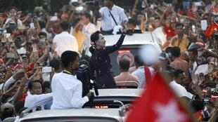 Madigar yan adawar kasar Myanmar  Aung San Suu Kyi ke gaida magoya bayanta a lokacin yakin neman zaben kasar