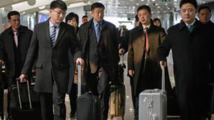 Đoàn Bắc Triều Tiên do ông Kim Hyok Chol  (thứ 2 từ trái) dẫn đầu tới Bắc Kinh ngày 19/02/2019 trước khi qua Hà Nội.