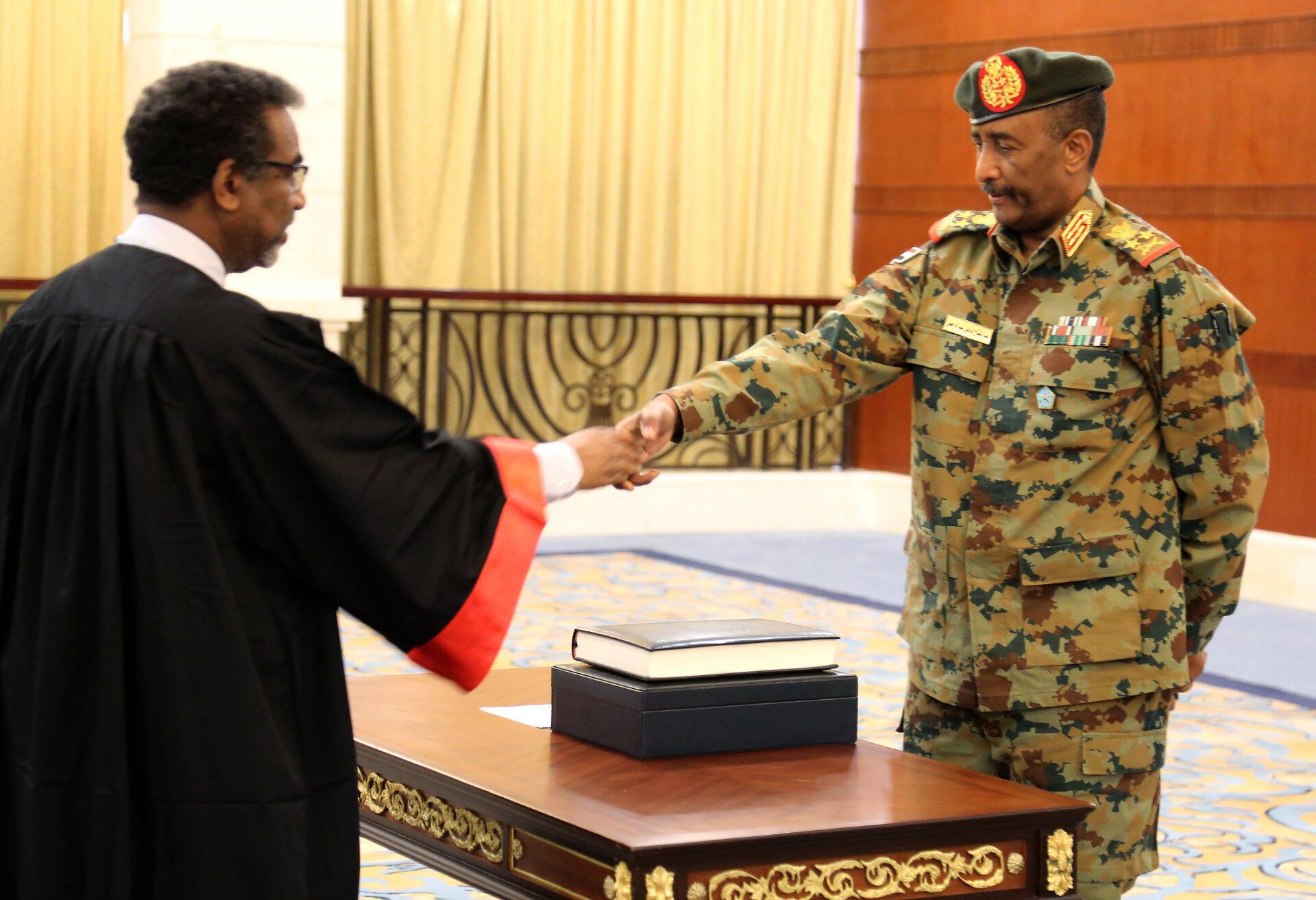Le général Abdel Fattah al-Burhan prêtant serment comme président du nouveau Conseil souverain soudanais à Karthoum, le 21 août 2019.