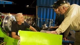 O diretor de cinema americano James Cameron, antes de embarcar rumo ao fundo do Oceano Pacífico, neste domingo.