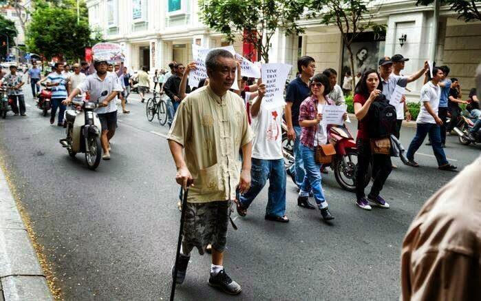 Nhà văn, blogger Nguyễn Quang Lập tham gia cuộc biểu tình chống Trung Quốc xâm lược Biển Đông.