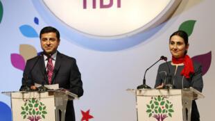 Os dois líderes do HDP, Selahattin Demirtas (esq.) e Figen Yuksekdag (dir.) foram detidos a 5 de Novembro.