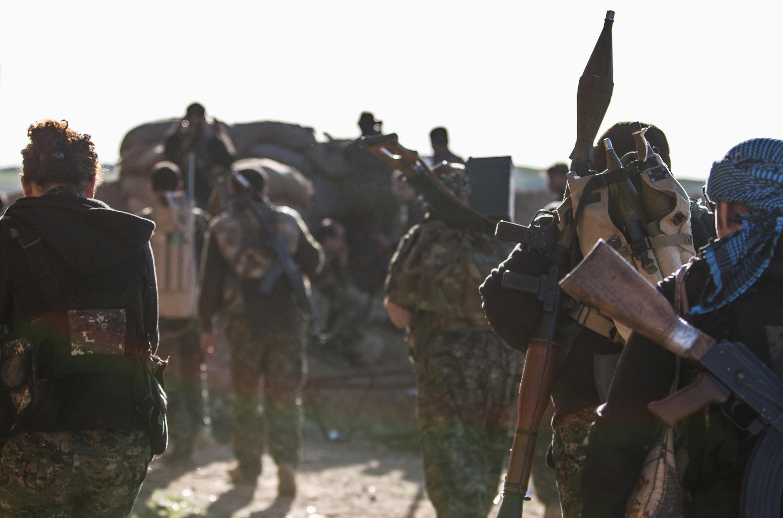 Người Kurdistan, một trong những lực lượng kháng chiến tại chỗ chống EI. Trong ảnh, lực lượng Kurdistan (YPG) tại Ras al-Ain, ngày 10/03/2015.