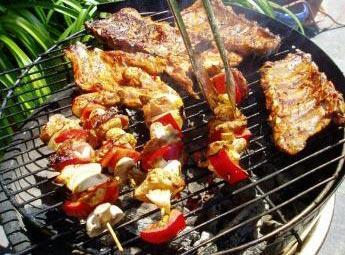 Des cotis braisés sur un barbecue.
