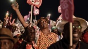 Des partisans de DSP lors du dernier meeting de leur candidat au stade Lino Correa de Bissau, le vendredi 27 décembre.