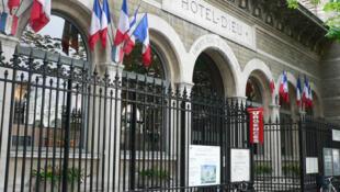 Entrada del hospital más antiguo de París, el Hôtel Dieu, construido en el siglo VII en pleno centro de la capital francesa.