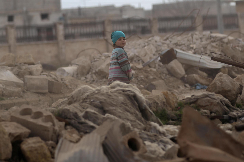 Criança síria nos escombros da guerra, na província de Alepo, ao norte da Síria.