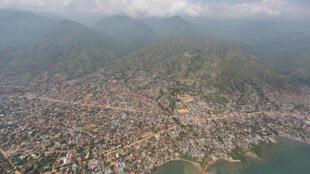 Uvira en RD Congo, depuis un hélicoptère Puma de la MONUSCO.