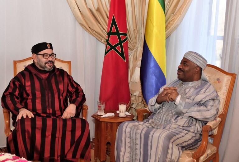 Picha rasmi iliyotolewa na serikali ya Morocco ikimuonyesha Mfalme wa Morocco Mohammed VI (kushoto) na Rais wa Gabon Ali Bongo, katika hospitali ya kijeshi ya mji mkuu wa Morocco.