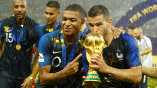 Os franceses Kylian Mbappe e Lucas Hernandez comemoram o troféu depois de vencer a Copa do Mundo no Estádio Luzhniki, em Moscou, Rússia, em 15 de julho de 2018.
